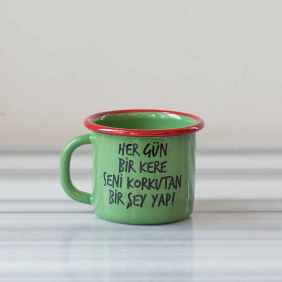 Hergün Bir Kere Seni Korkutan Birşey Yap Emaye Kupa - Yeşil